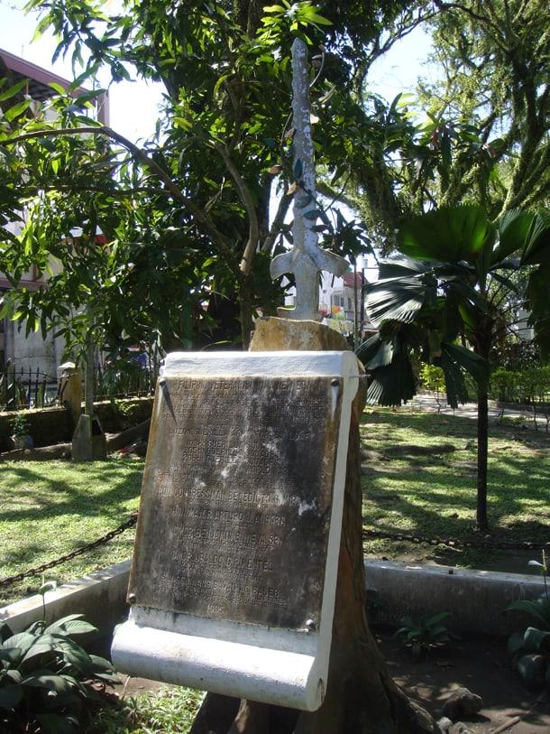 1995 World War II Aurora Veterans Monument and memorial at Quezon Park. • Photo by Ramon FVelasquez